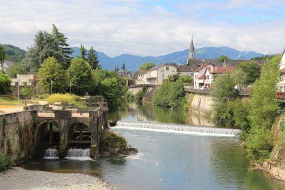 Le Saison River running through town